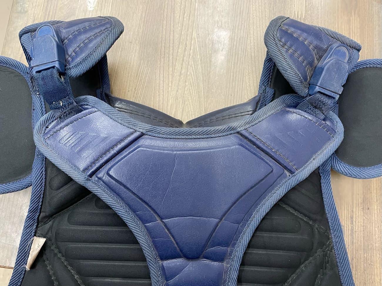 肩から背中にかけて身体に固定するバンドがちぎれたものの修理|キャッチャー防具修理。修理完了