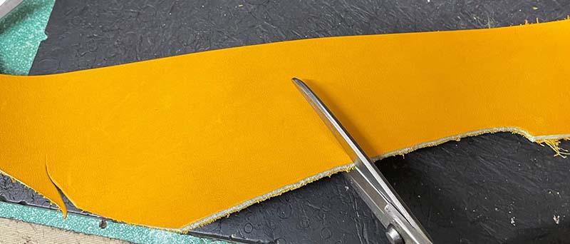 キャッチャーミット捕球面の縫い修理。宛革を切る