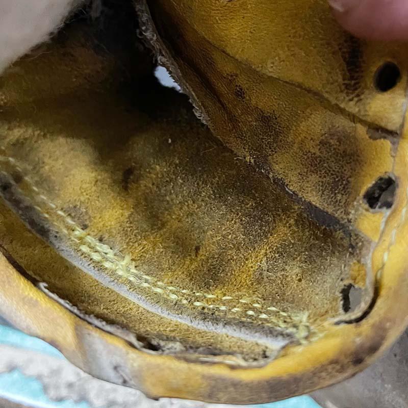 キャッチャーミットのミット先の解れ補修。縫いの裏側