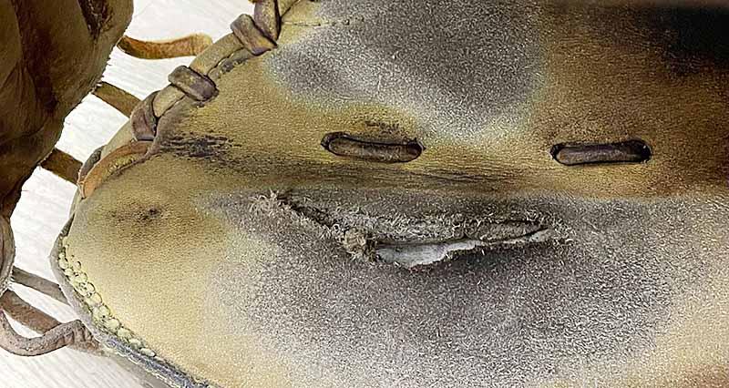 キャッチャーミット捕球面の縫い修理。破れた部分