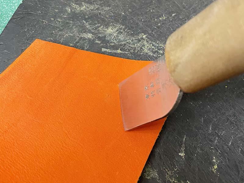 キャッチャーミットの破れ修理(皮革を当てた部分に紐を通す穴を開ける)・皮革の裁断1