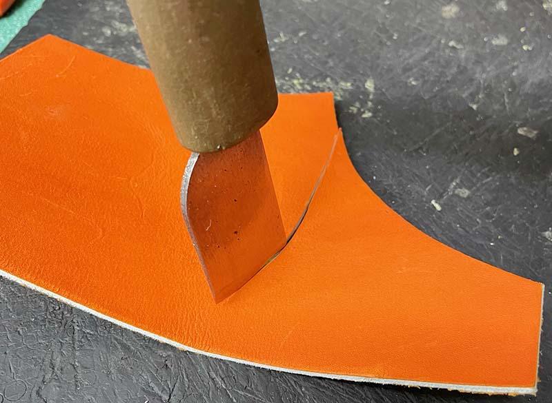 キャッチャーミットの破れ修理(皮革を当てた部分に紐を通す穴を開ける)・皮革の裁断2