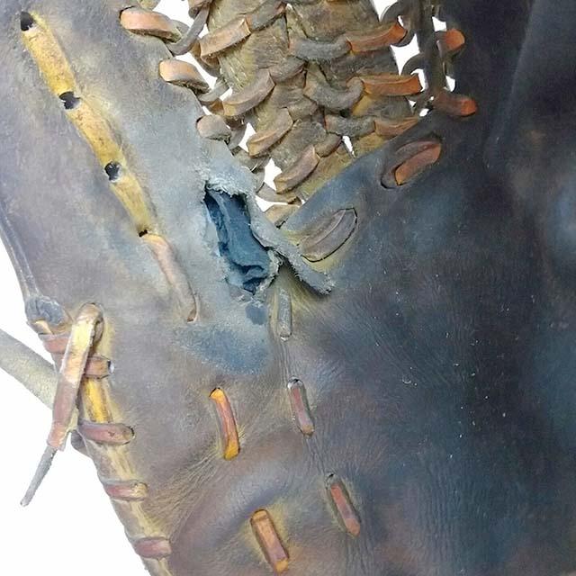 グラブの縫い修理、破れた部分